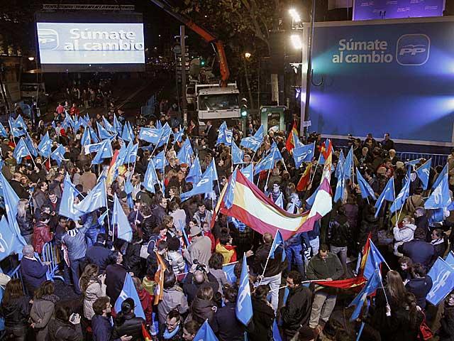 Simpatizantes del PP, ante la sede del partido en Madrid. | Efe | Chema Moya