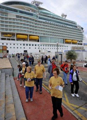 Turistas desembarcando del 'Mariner of the Seas' en el Muelle hace unos días.