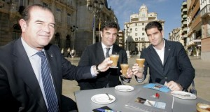 José Carlos Díaz (i.) toma un café asiático con otros compañeros de la empresa.  JAVIER CONESA