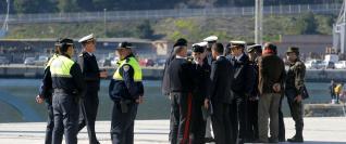 Agentes de policía e infantes de Marina, ayer, supervisando el muelle.  PEDRO MARTÍNEZ