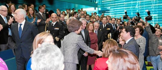 Su Majestad la Reina Doña Sofía, flanqueada por Valcárcel y Pastor, saluda a las autoridades presentes en el interior de El Batel