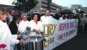 Sanitarios con cacerolas y miembros de Democracia Real Ya detrás de la pancarta, durante la manifestación. :: PABLO SÁNCHEZ