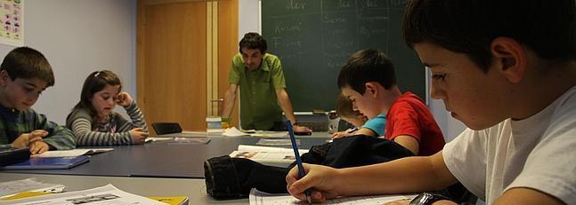 Jovenes alumnos en una clase de un colegio de Vitoria. / Archivo