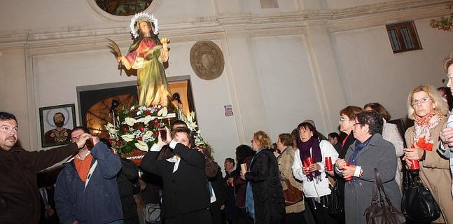 La santa sale en procesión de la parroquia de Santiago.
