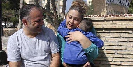 Ángeles abraza al pequeño Juan, bajo la atenta mirada de Fulgencio. :: Foto: Pablo Sánchez/AGM |