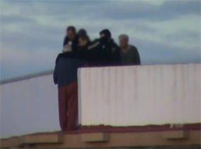 Los agentes dialogando con el presunto suicida