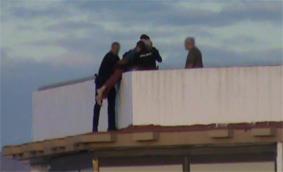 Uno de los agentes salto a la cornisa donde se hallaba el presunto suicida y ayudado por sus compañeros lo subieron a la terraza